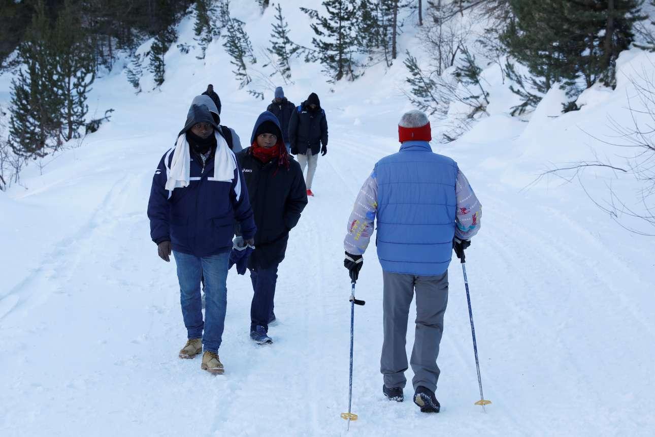 Οι μετανάστες χρησιμοποιούν ότι βρουν για να μπορέσουν να περάσουν τα χιονισμένα βουνά και να φτάσουν σε μια νέα πατρίδα