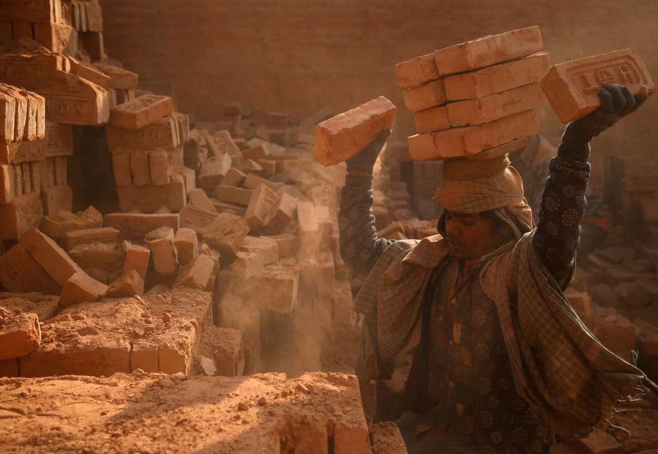Παρασκευή, 12 Ιανουαρίου, Νεπάλ. Εργάτης στοιβάζει τούβλα πάνω στο κεφάλι του. Η καθημερινότητα ενός άνδρα που δουλεύει σε εργοστάσιο, στην πόλη Μπάκταπουρ