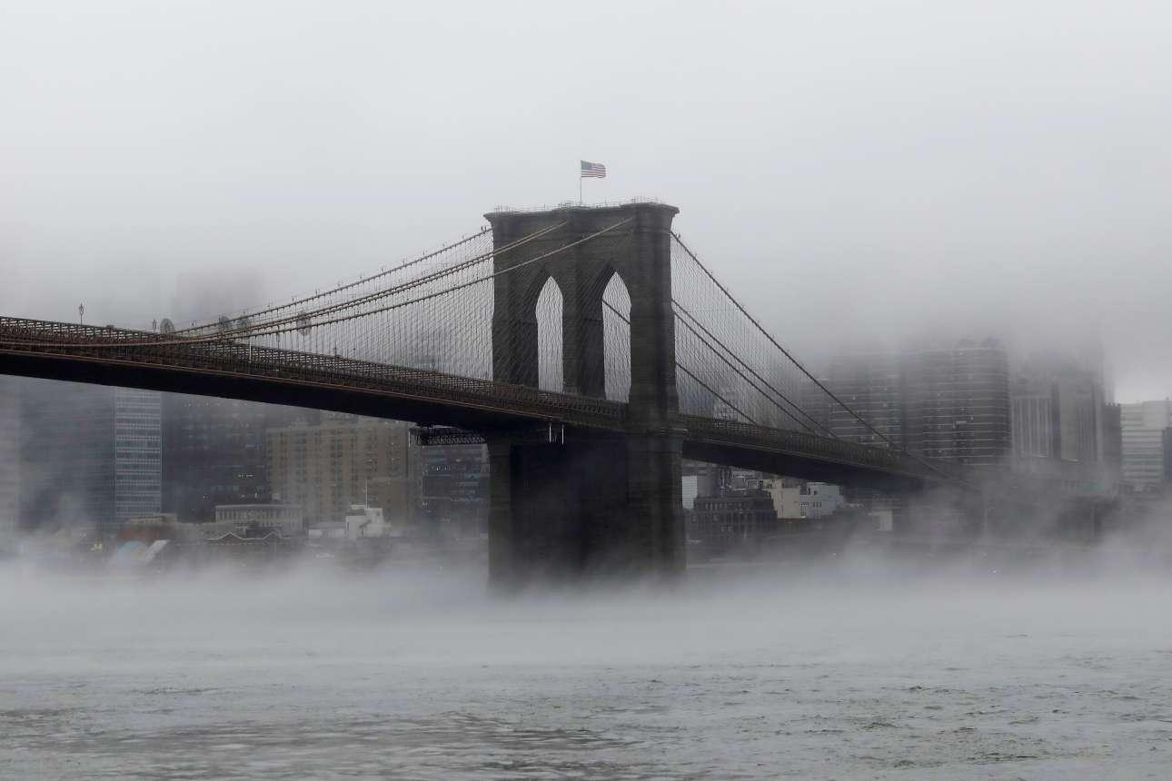 Σάββατο, 13 Ιανουαρίου, Νέα Υόρκη. Στιγμιότυπο από τη γέφυρα του Μπρούκλιν ενώ τα πάντα είναι «πνιγμένα» στην ομίχλη