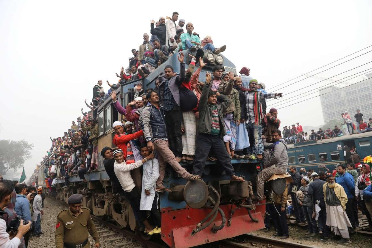 Δευτέρα, 15 Ιανουαρίου, Μπαγκλαντές. Τρένο αναχωρεί από τον σταθμό Τόνγκι μετά την τελευταία προσευχή για το Bishwa Ijtema, το παγκόσμιο προσκύνημα των Μουσουλμάνων στις όχθες του ποταμού Τουράγκ, κοντά στην Ντάκα