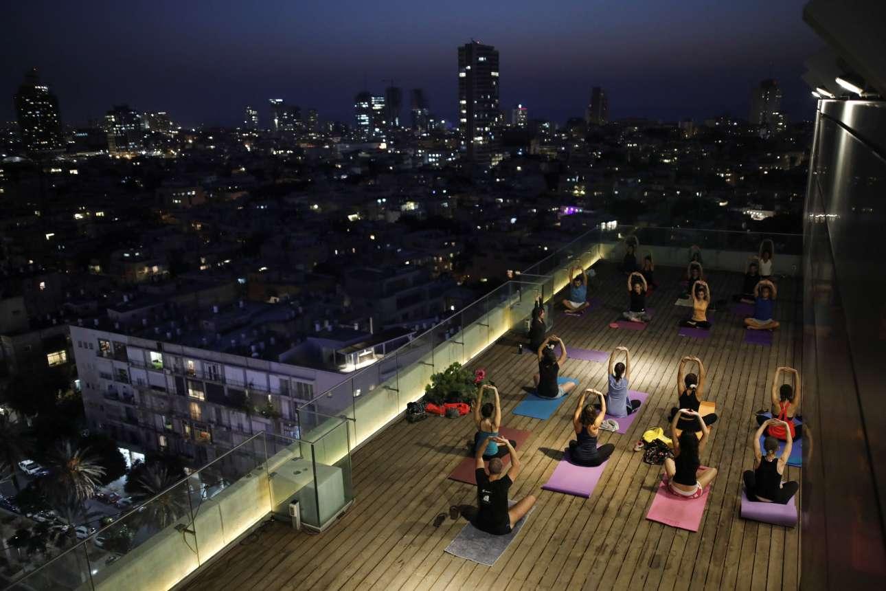 Δευτέρα, 15 Ιανουαρίου, Ισραήλ. Μάθημα γιόγκα με μοναδική θέα από το μπαλκόνι ενός πολυώροφου κτιρίου στο Τελ Αβίβ