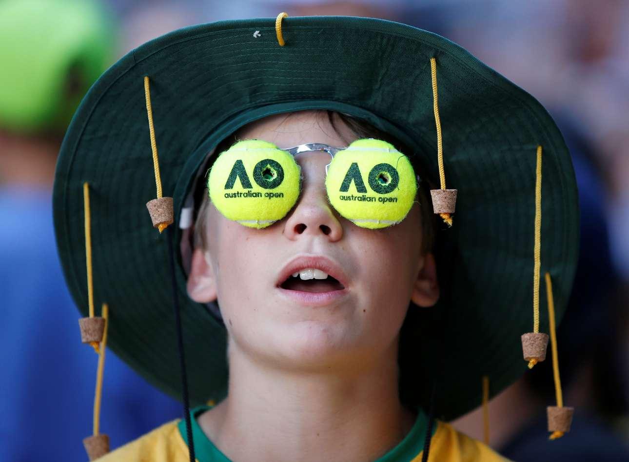 Τρίτη, 16 Ιανουαρίου, Μελβούρνη. Πιτσιρικάς με γυαλιά - μπαλάκια του τένις σε ένα όμορφο στιγμιότυπο από το Αυστραλιανό Οπεν