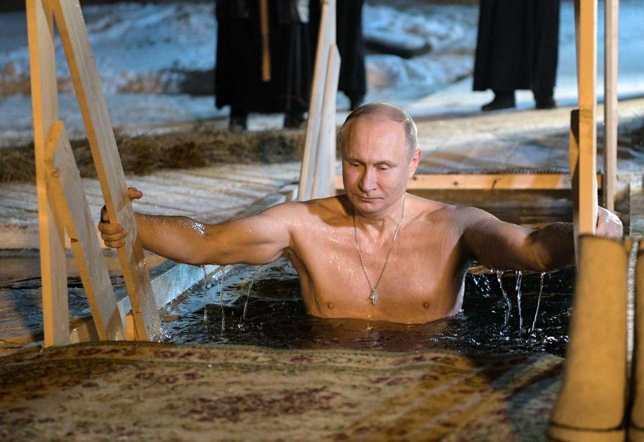 Παρασκευή, 19 Ιανουαρίου, Ρωσία. Ο πρόεδρος Βλαντίμιρ Πούτιν βουτάει στα νερά της λίμνης Σελίγκερ, βόρεια της Μόσχας, την ημέρα της γιορτής των Θεοφανείων σύμφωνα με το παλαιό ημερολόγιο