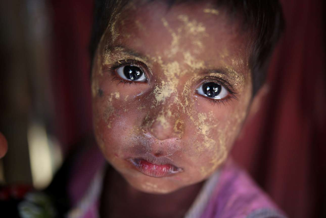 Σάββατο, 20 Ιανουαρίου, Μπαγκλαντές. Προσφυγόπουλο Ροχίνγκια κοιτάζει τον φωτογραφικό φακό στον καταυλισμό του Cox's Bazar