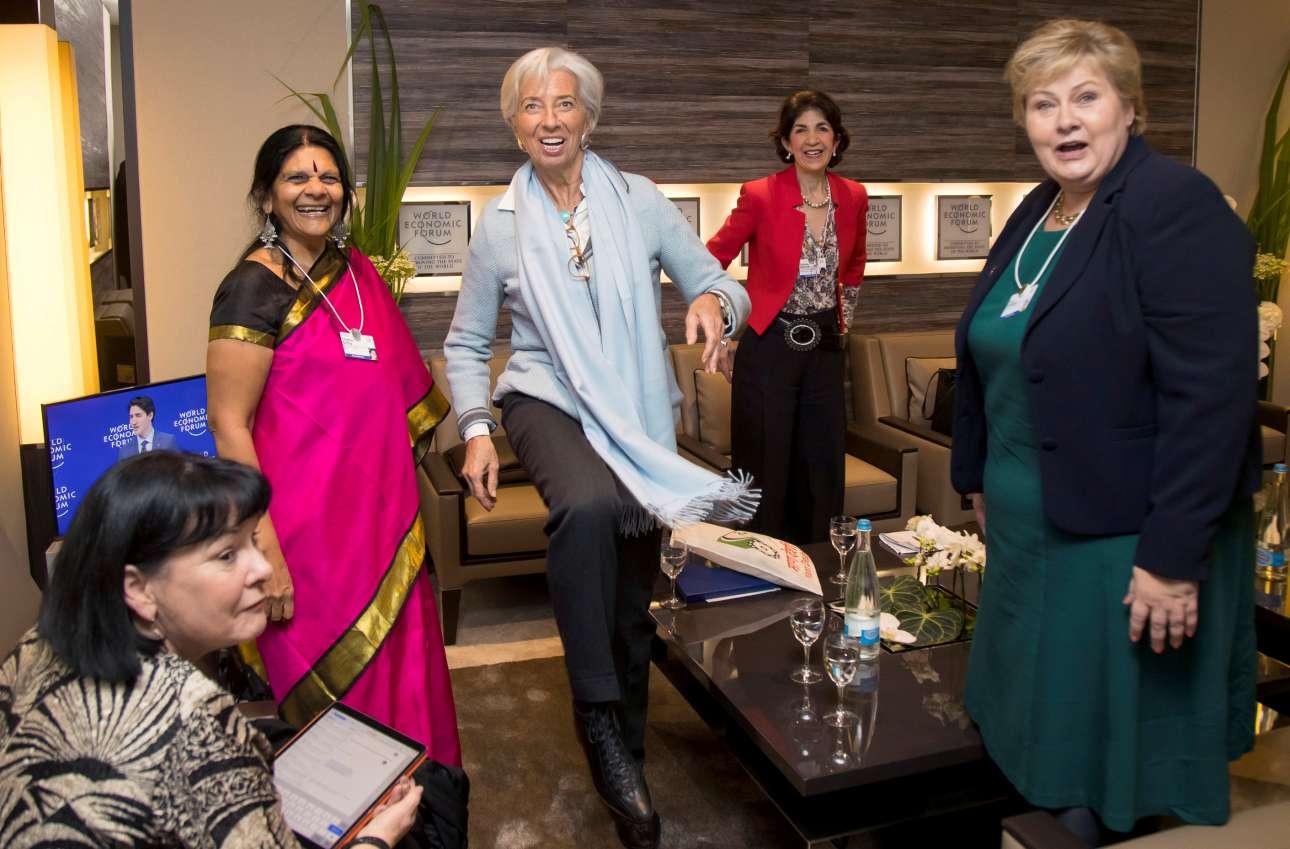 Τρίτη, 23 Ιανουαρίου, Νταβός. Χαλαρές στιγμές για την διευθύντρια του Διεθνούς Νομισματικού Ταμείου Κριστίν Λαγκάρντ και την πρωθυπουργό της Νορβηγίας Έρνα Σόλμπεργκ (δεξιά), οι οποίες παίζουν με μία ποδοσφαιρική μπάλα, ενώ η γενική γραμματέας της Διεθνούς Συνομοσπονδίας Εργατικών Συνδικάτων (ITUC), Σαράν Μπάροου (κάτω αριστερά) και η γενική διευθύντρια του Ευρωπαϊκού Οργανισμού Πυρηνικής Έρευνας (CERN) Φαμπιόλα Τζιανότι (στο βάθος) τις παρακολουθούν