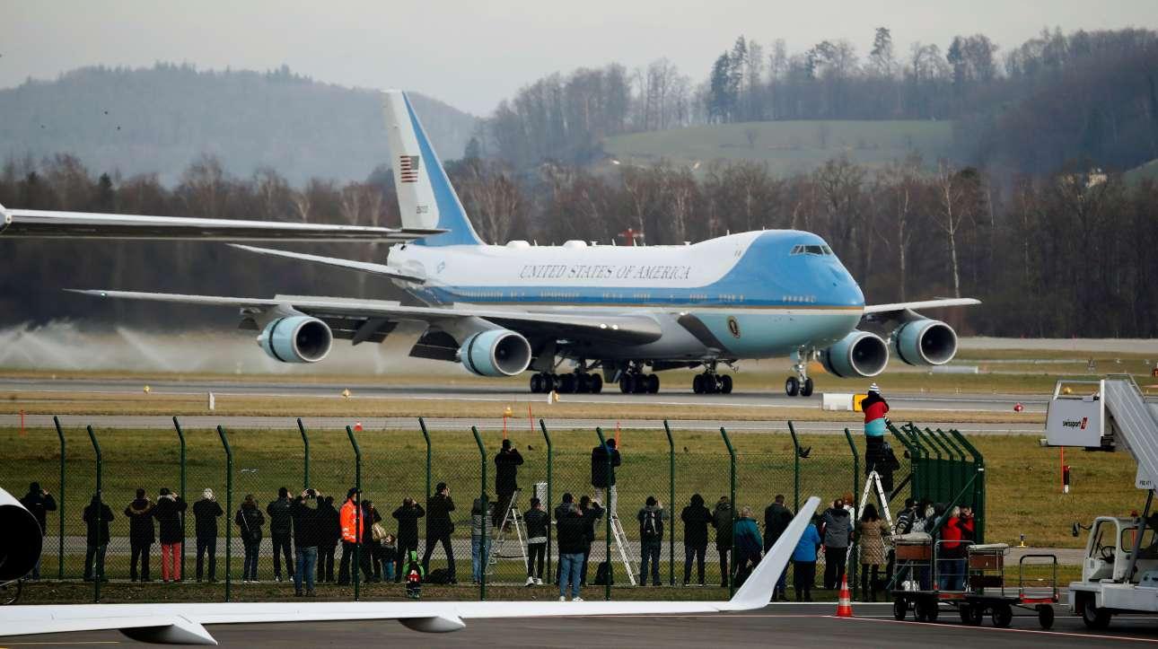 Το Boing 747 προσγειώνεται στο αεροδρόμιο της Ζυρίχης ενώ δεκάδες δημοσιογράφοι και φωτορεπόρτερ περιμένουν τον Ντόναλντ Τραμπ