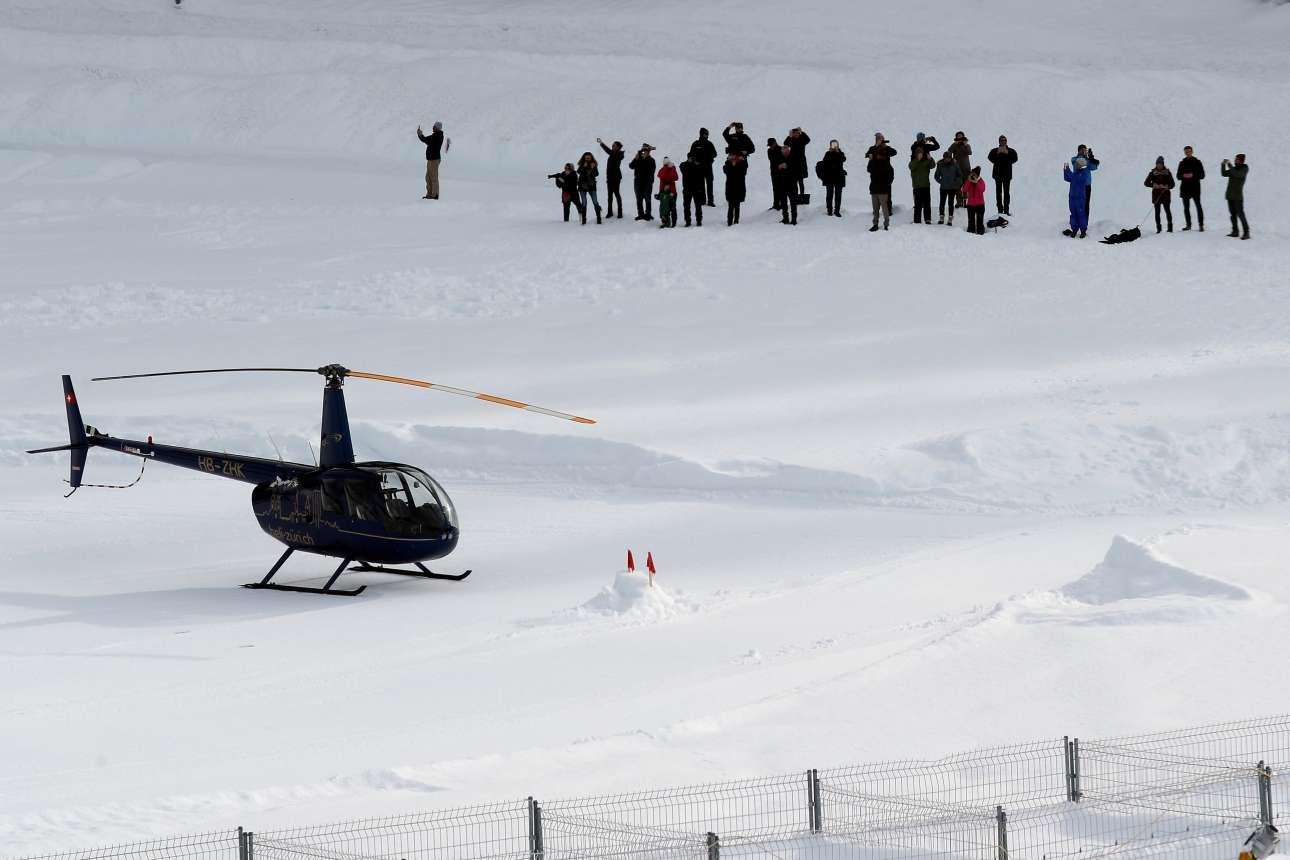 Δημοσιογράφοι περιμένουν το προεδρικό ελικόπτερο να προσγειωθεί