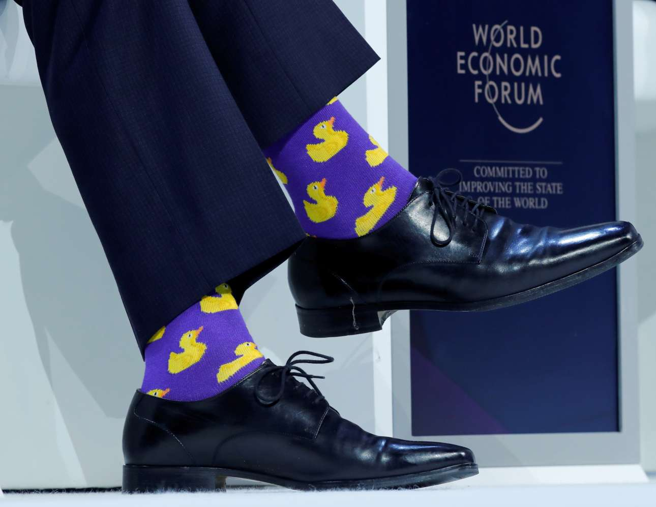 Πέμπτη, 25 Ιανουαρίου, Νταβός. Στο Παγκόσμιο Οικονομικό Φόρουμ ο Τζάστιν Τριντό αποφάσισε να φορέσει κάλτσες με… παπάκια και όπως είναι λογικό τα φώτα στράφηκαν στα πόδια του