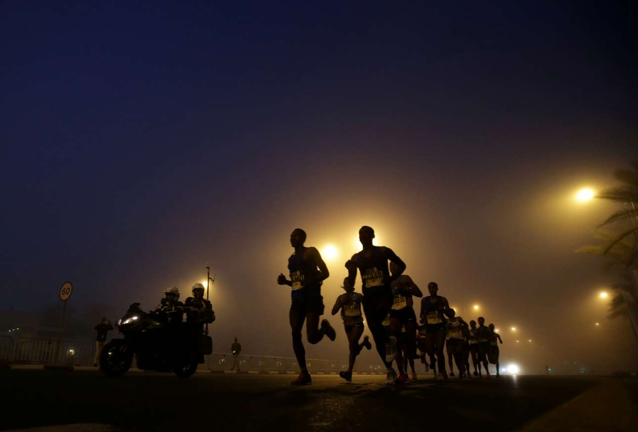 Παρασκευή, 26 Ιανουαρίου, Ηνωμένα Αραβικά Εμιράτα. Αθλητές διαγωνίζονται στον Μαραθώνιο του Ντουμπάι