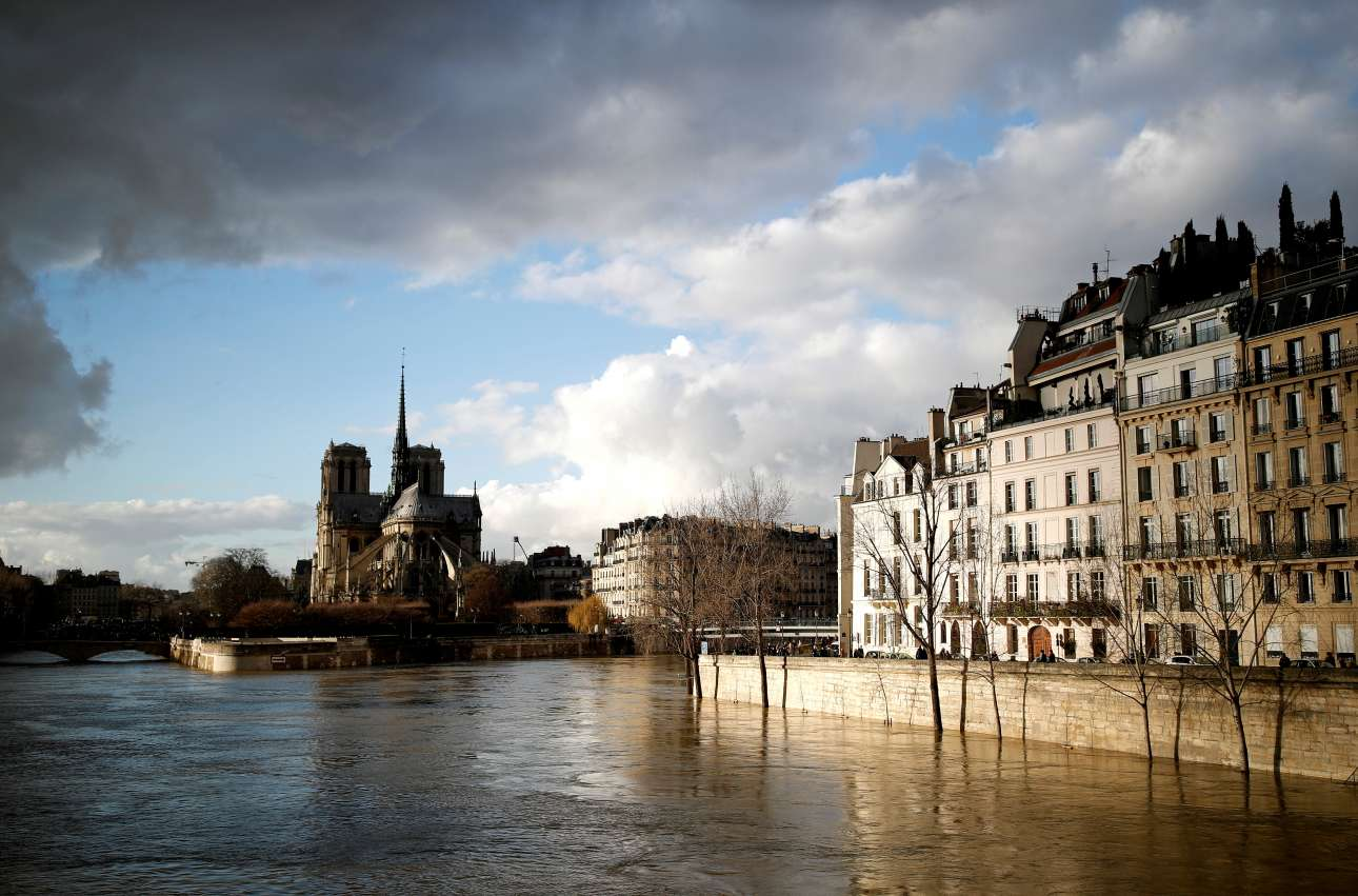 O καιρός άνοιξε, αλλά το Παρίσι συνεχίζει να απειλείται από τα νερά του Σηκουάνα