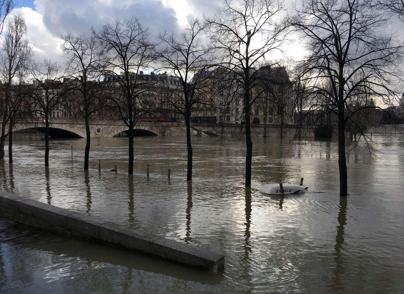Τα νερά έφτασαν στις γέφυρες. Οι πλημμύρες στο Παρίσι βρίσκονται σε σημείο οριακό