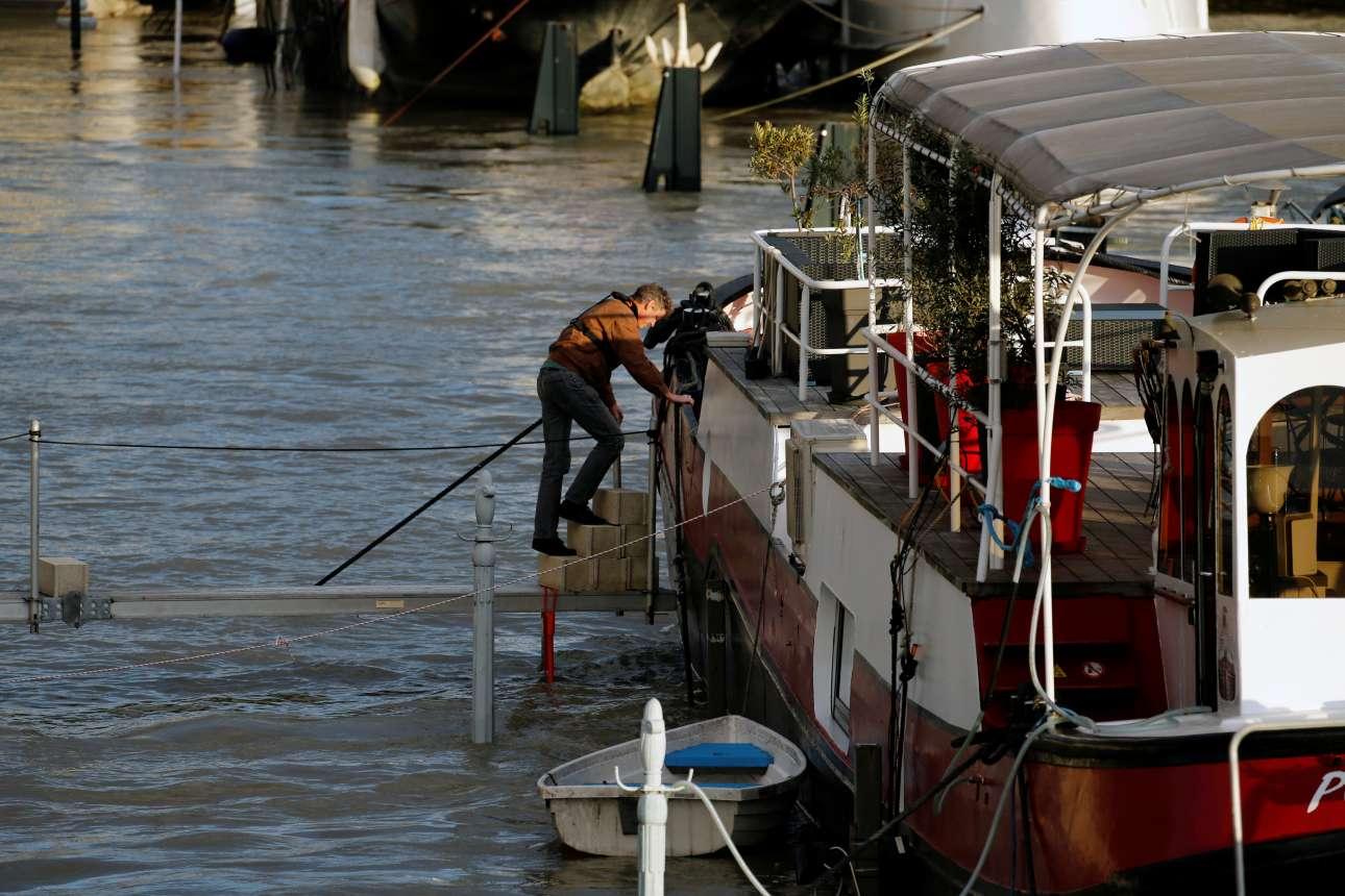 Η ζωή είναι δύσκολη για όσους μένουν ή εργάζονται σε πλοιάρια στον Σηκουάνα