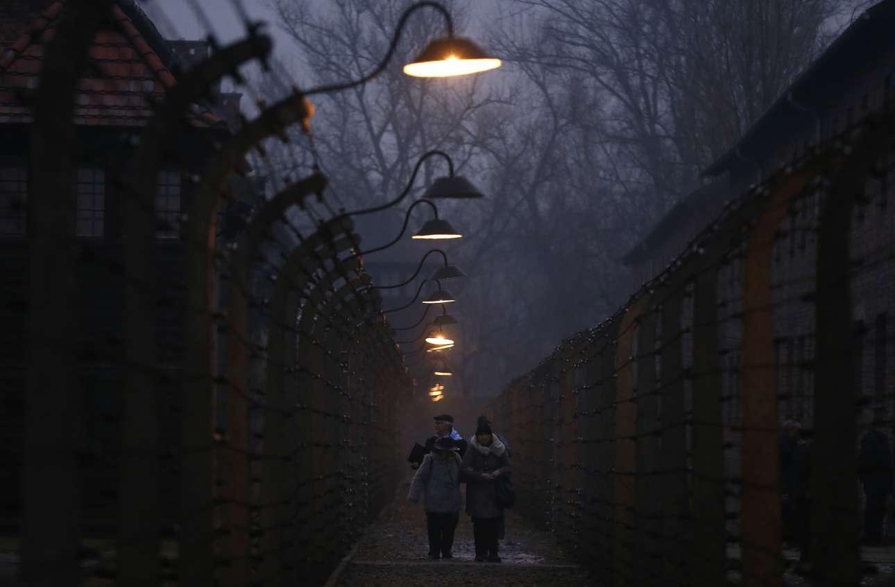 Σάββατο, 27 Ιανουαρίου, Αουσβιτς. Επιζώντες περνούν μέσα από περιφραγμένους διαδρόμους στο πρώην ναζιστικό στρατόπεδο συγκέντρωσης του Άουσβιτς, στην κωμόπολη Οσβιέτσιμ στην Πολωνία. Συμμετείχαν στις εκδηλώσεις για την 73η επέτειο της απελευθέρωσης του στρατοπέδου. Η 27η Ιανουαρίου, είναι αφιερωμένη στη μνήμη των Εβραίων που έχασαν τη ζωή τους σε στρατόπεδα συγκέντρωσης
