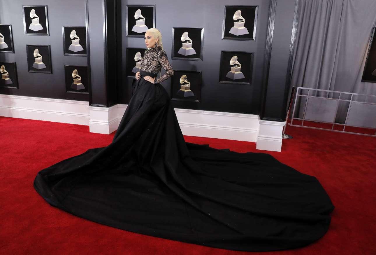Η Lady Gaga με ένα μαύρο μακρύ φόρμα προσέρχεται στην εκδήλωση