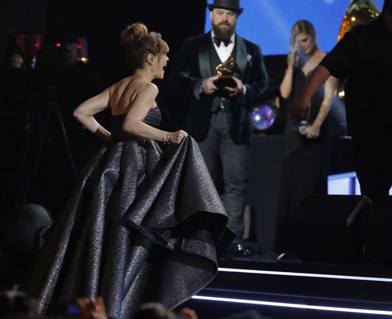 Η Λίσα Λόεμπ ανεβαίνει στην σκηνή για να παραλάβει το βραβείο του καλύτερου παιδικού άλμπουμ για το «Feel What U Feel»