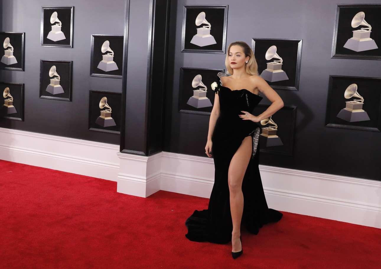 H τραγουδίστρια Ρίτα Ορα ποζάρει στους φωτογράφους