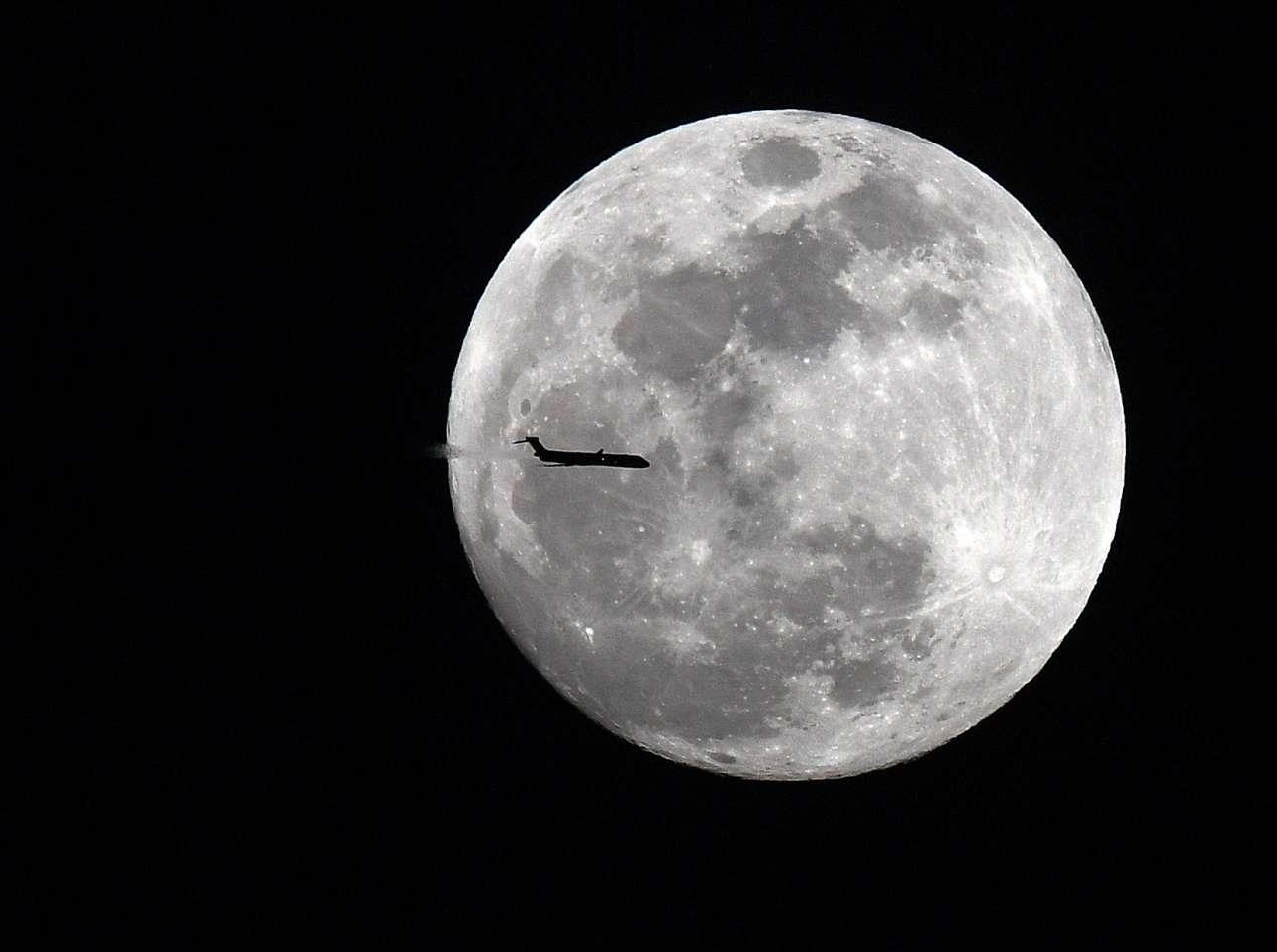Αεροπλάνο της εταιρείας Delta με φόντο την υπερ-Σελήνη, πάνω από την Τζόρτζια των ΗΠΑ. Το ξεχωριστό ουράνιο φαινόμενο ξεκίνησε την Τρίτη 30 Ιανουαρίου και κορυφώθηκε την Τετάρτη 31 Ιανουαρίου