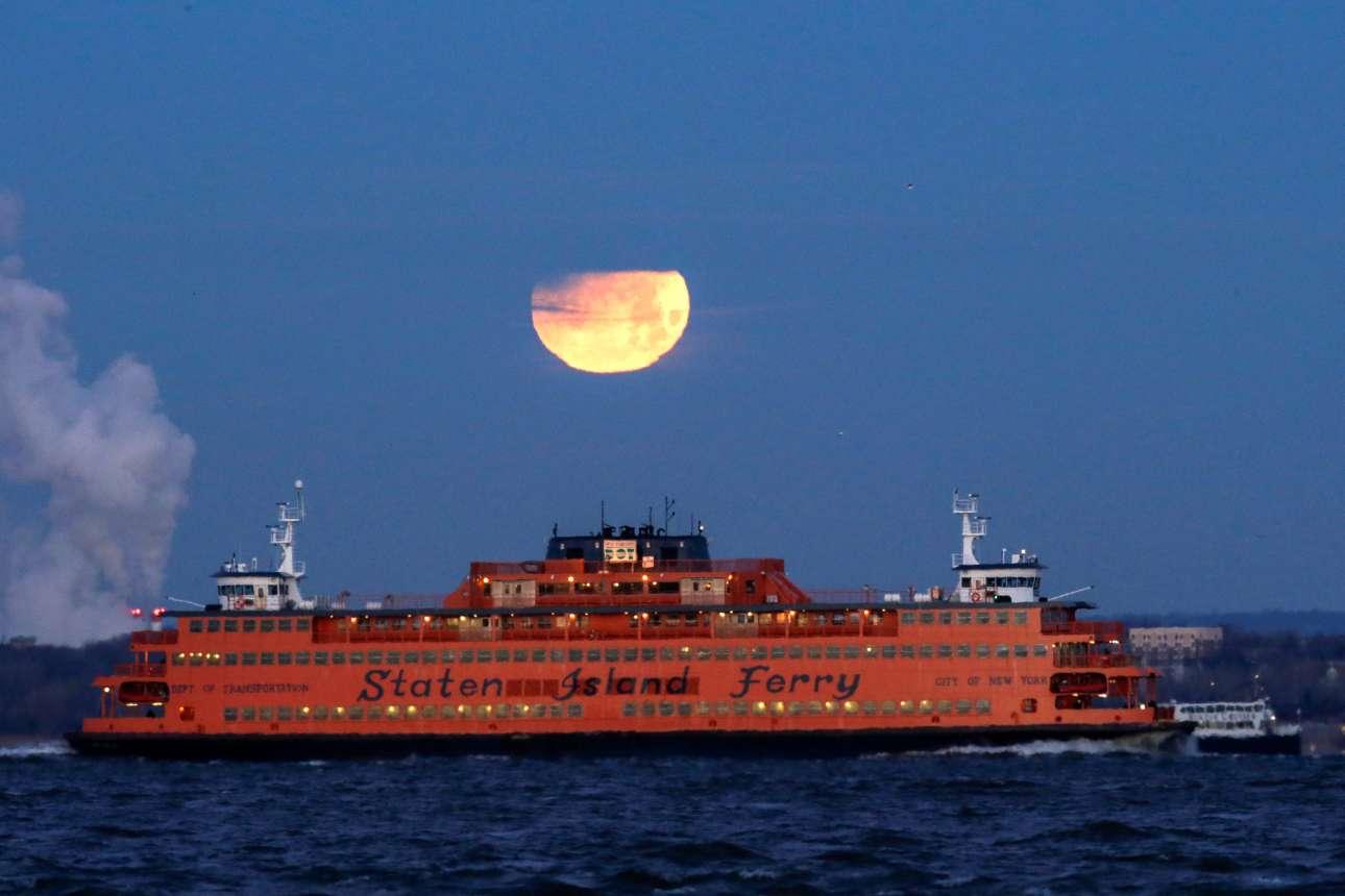 Τυχεροί οι επιβάτες του Στέιτεν Αϊλαντ φέρι στη Νέα Υόρκη που είχαν την ευκαιρία να απολαύσουν το μαγικό θέαμα από τη θάλασσα