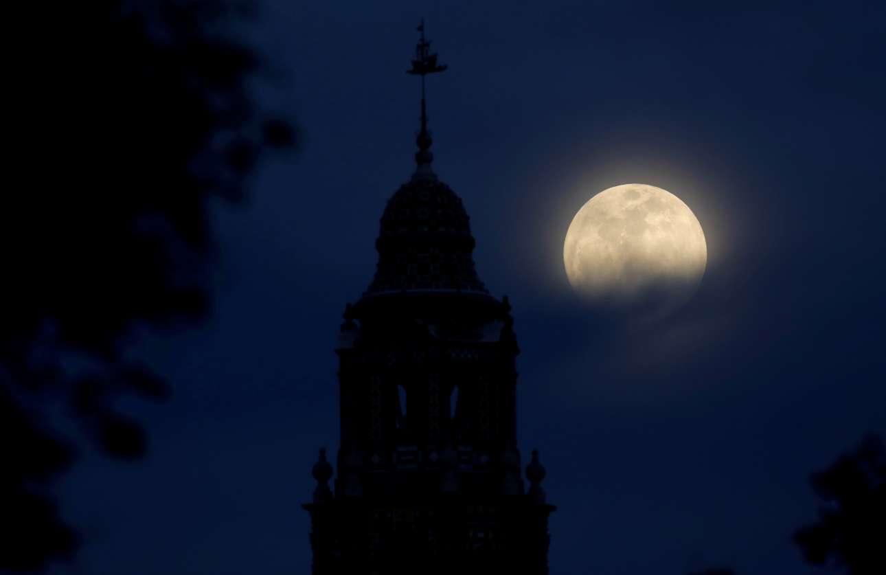 Η τελευταία φορά που έχει σημειωθεί το ίδιο φαινόμενο, στη δεύτερη πανσέληνο του ίδιου μήνα, ήταν στις 31 Μαρτίου 1866, πριν από 152 χρόνια! Στη φωτογραφία, ο πύργος του πάρκου Μπαλμπόα στο Σαν Ντιέγκο της Καλιφόρνια με φόντο το λαμπερό φεγγάρι