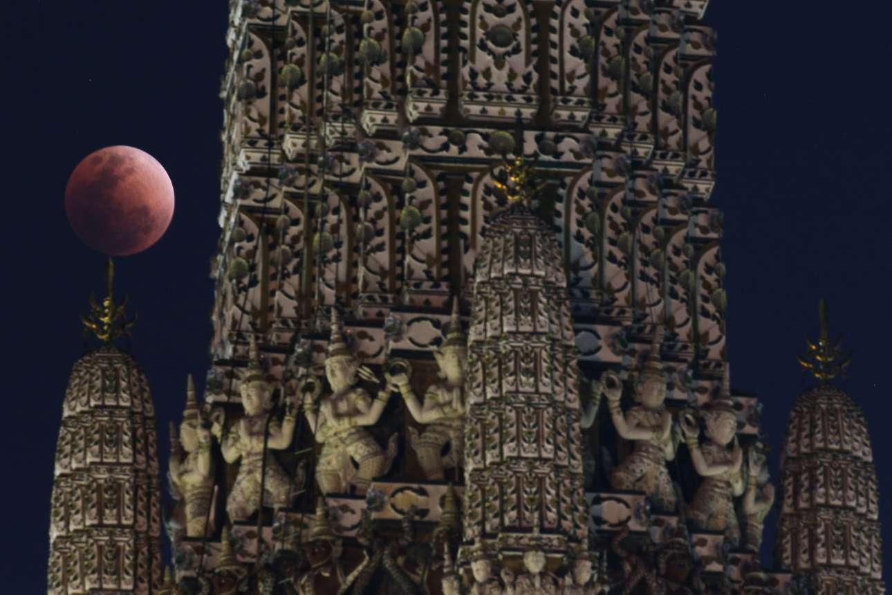 H ολική έκλειψη υπερ-Σελήνης πίσω από έναν ναό της Μπανγκόκ, στην Ταϊλάνδη