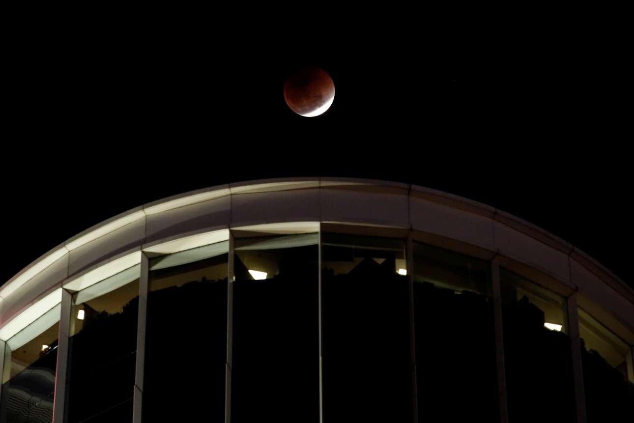 Η «ματωμένη» Σελήνη πάνω από γραφεία του Χονγκ Κονγκ στην Κίνα