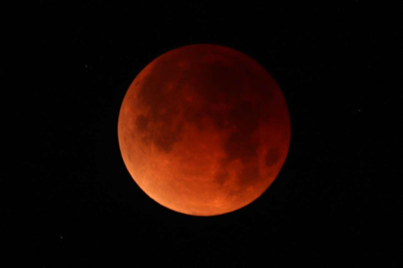Η «μπλε» υπερ-Σελήνη σε όλο της το ματωμένο μεγαλείο
