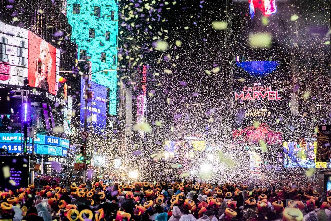 Αμέτρητοι άνθρωποι αψήφησαν το κρύο και έσπευσαν στην Τάιμς Σκουέαρ της Νέας Υόρκης για να υποδεχτούν το νέο έτος. Τα κομφετί δίνουν το απαραίτητο πανηγυρικό χρώμα