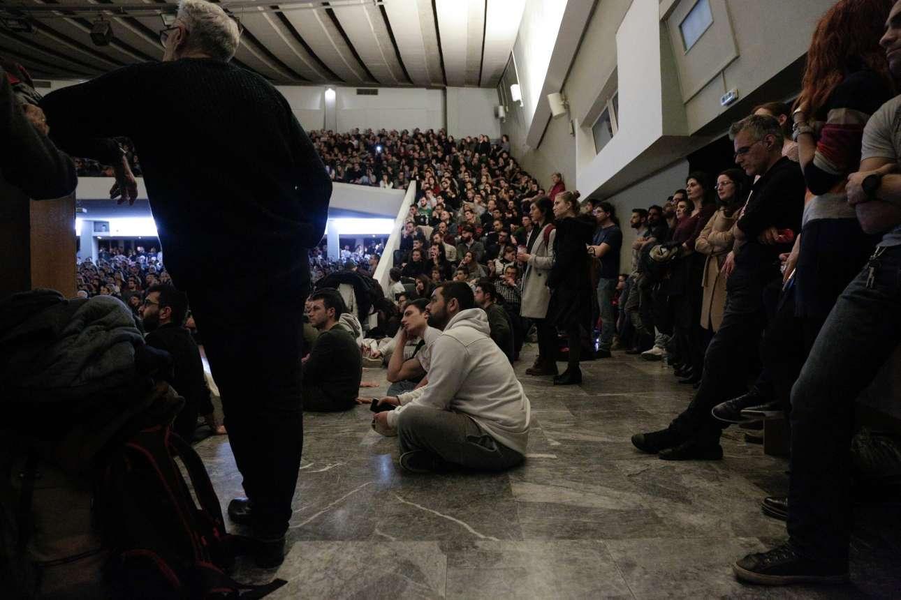 Στο πάτωμα, όρθιοι, ή στα σκαλιά. Η Αίθουσα Τελετών του ΑΠΘ αποδείχτηκε πολύ μικρή για τον σταρ του ΜΙΤ.