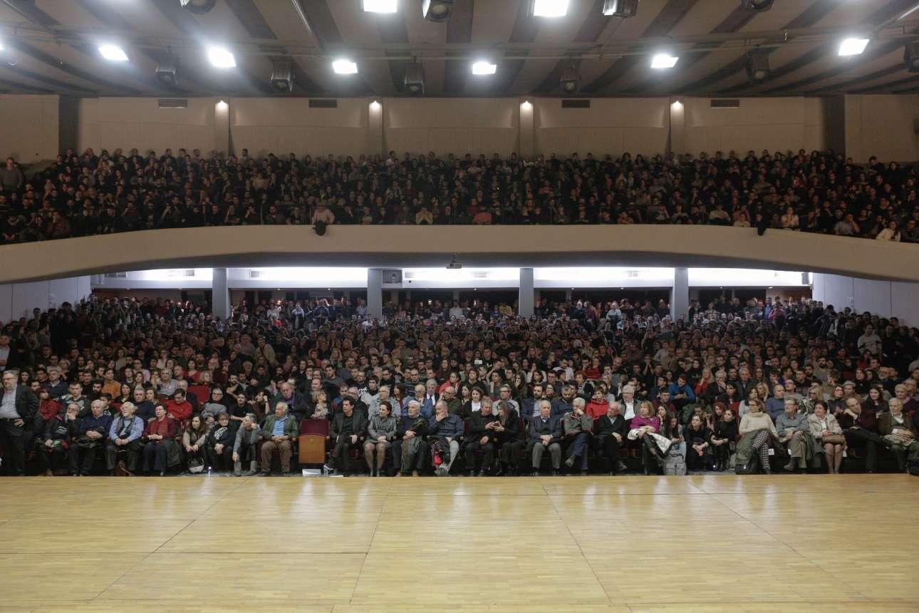 Ενα πρωτοφανές πλήθος συγκεντρώθηκε στο ΑΠΘ για τον Κωνσταντίνο Δασκαλάκη -διακρίνεται στην πρώτη σειρά δεξιά από το άδειο κάθισμα