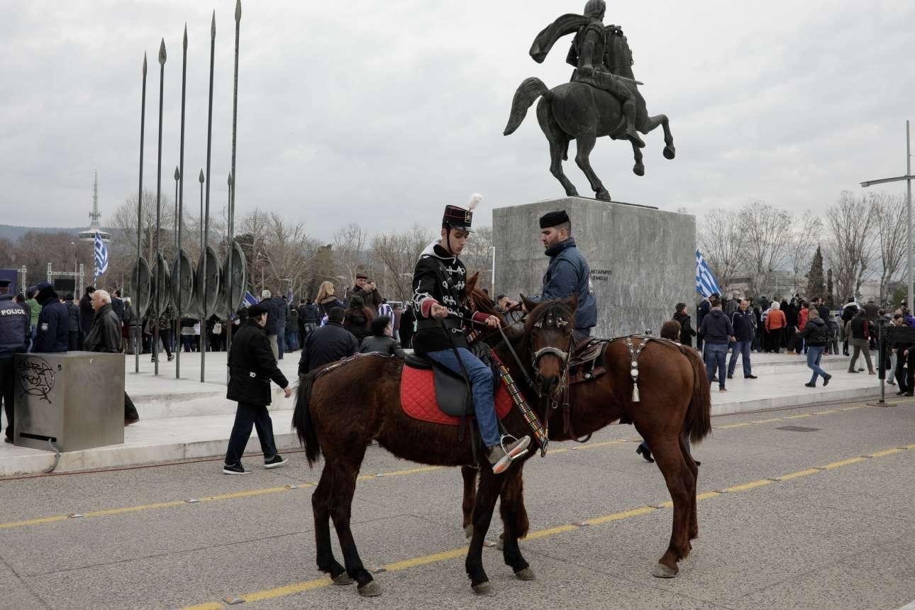 Παρόντες και έφιπποι διαδηλωτές κάτω από το άγαλμα του Μεγάλου Αλεξάνδρου. Τι ακριβώς στολές φορούν είναι ασαφές