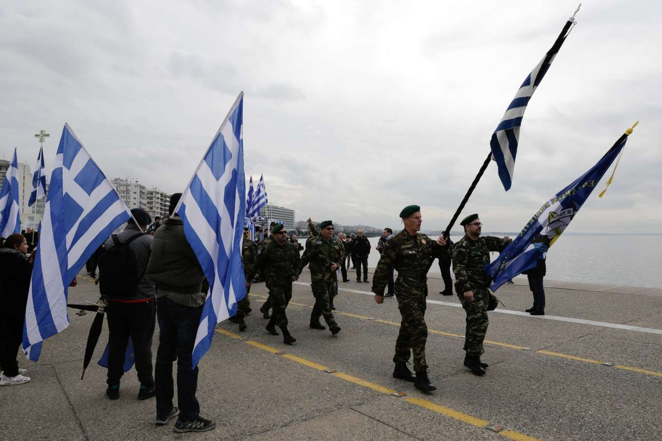 Με στρατιωτικό βήμα, στολές και σημαίες στα χέρια προς τον Λευκό Πύργο