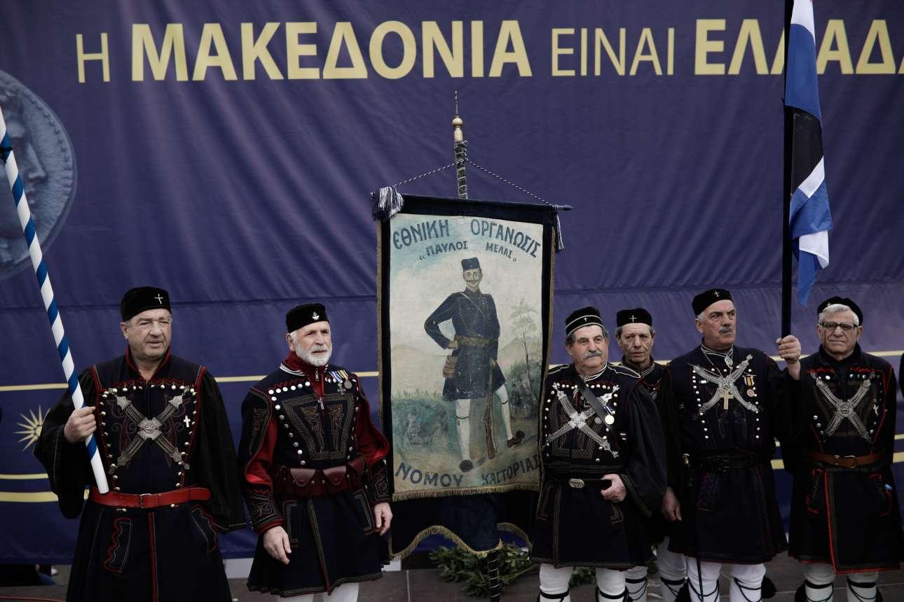 Απόγονοι Μακεδονομάχων στη διαδήλωση με τις παραδοσιακές στολές τους