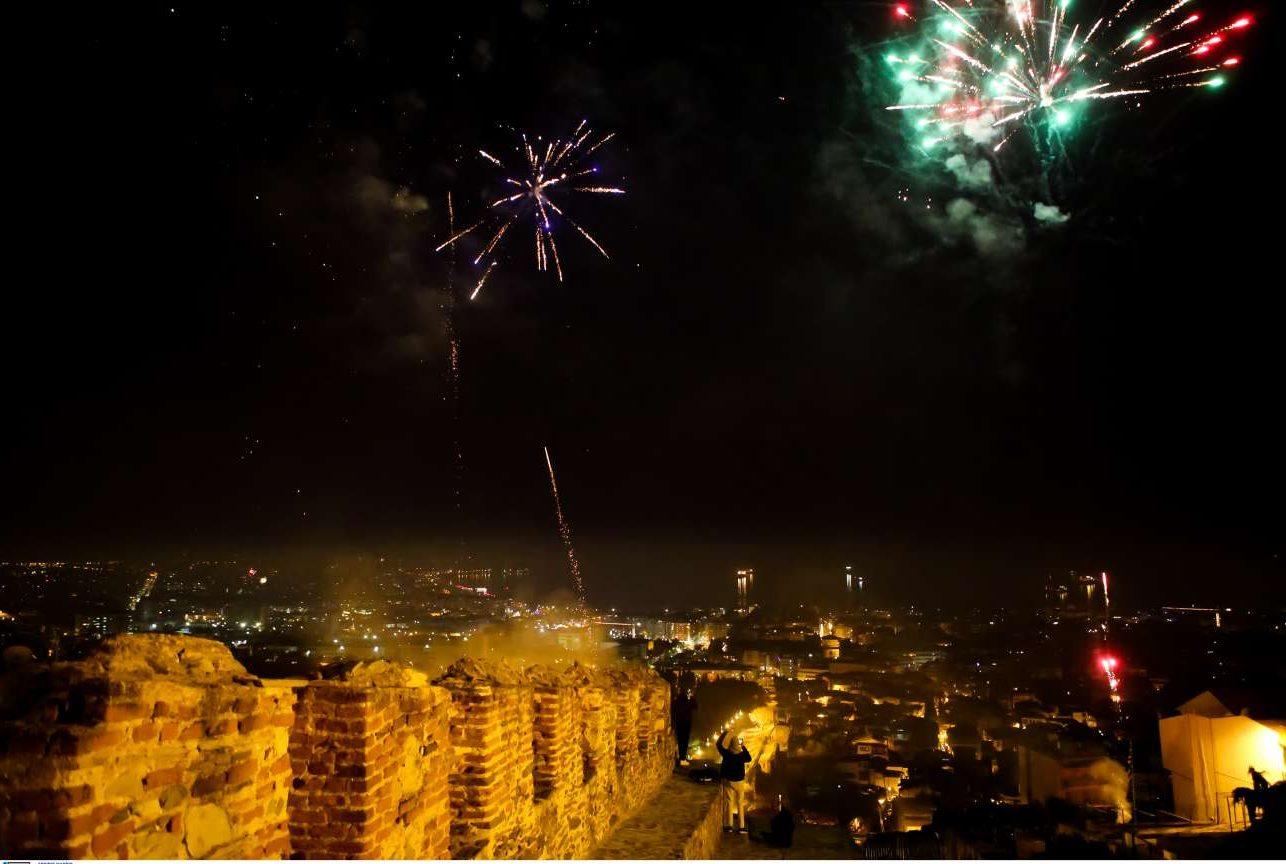 Πυροτεχνήματα στον ουρανό της Θεσσαλονίκης, σε μια λήψη από την Ανω Πόλη