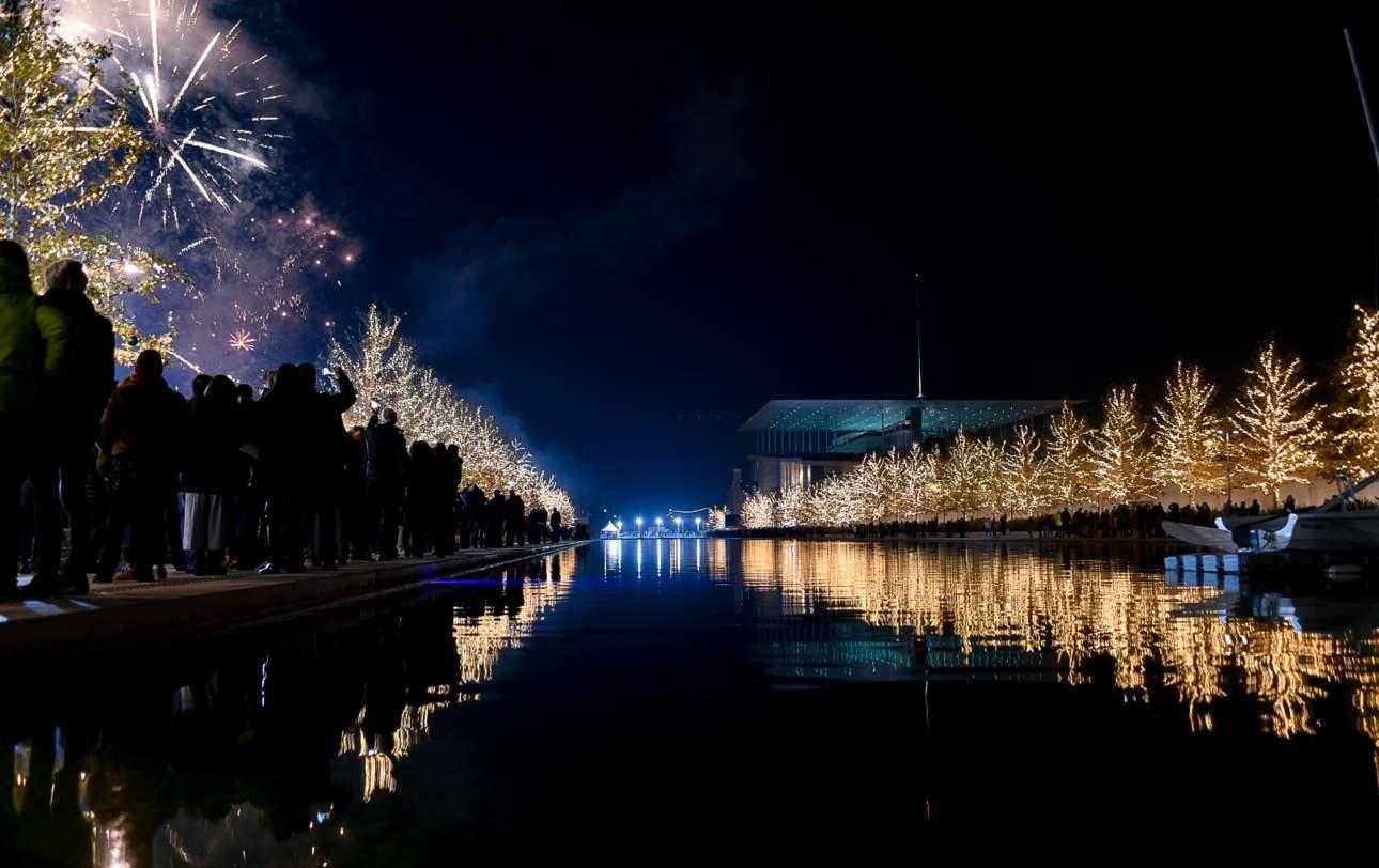Πλήθος κόσμου βρέθηκε στο Κέντρο Πολιτισμού «Ιδρυμα Σταύρος Νιάρχος», στο Φάληρο, για να υποδεχτεί, με μουσική και πυροτεχνήματα το 2018