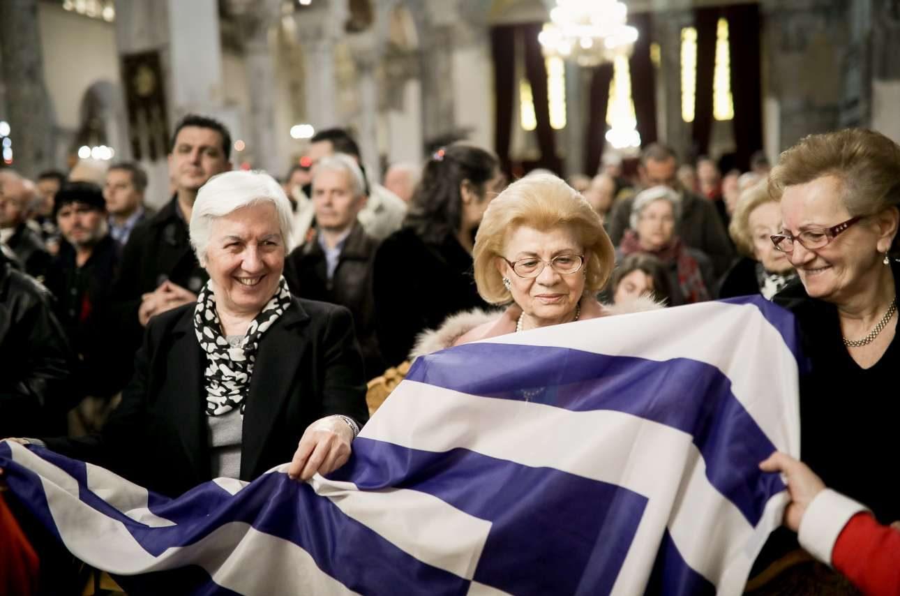 Με μια ελληνική σημαία στην εκκλησία του Αγίου Δημητρίου, όπου έψαλαν τον εθνικό ύμνο