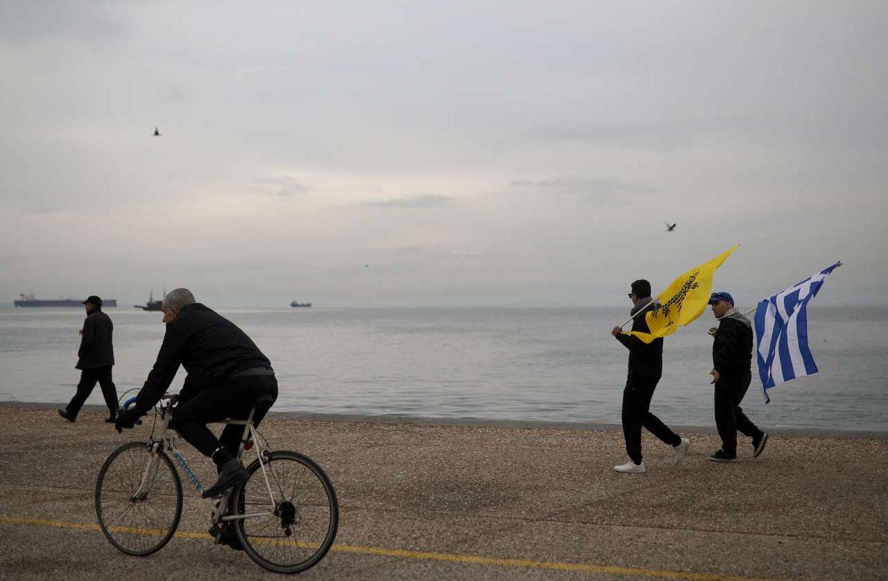 Μέχρι να αρχίσει η διαδήλωση η ζωή συνεχίζεται στην παραλία της Θεσσαλονίκης