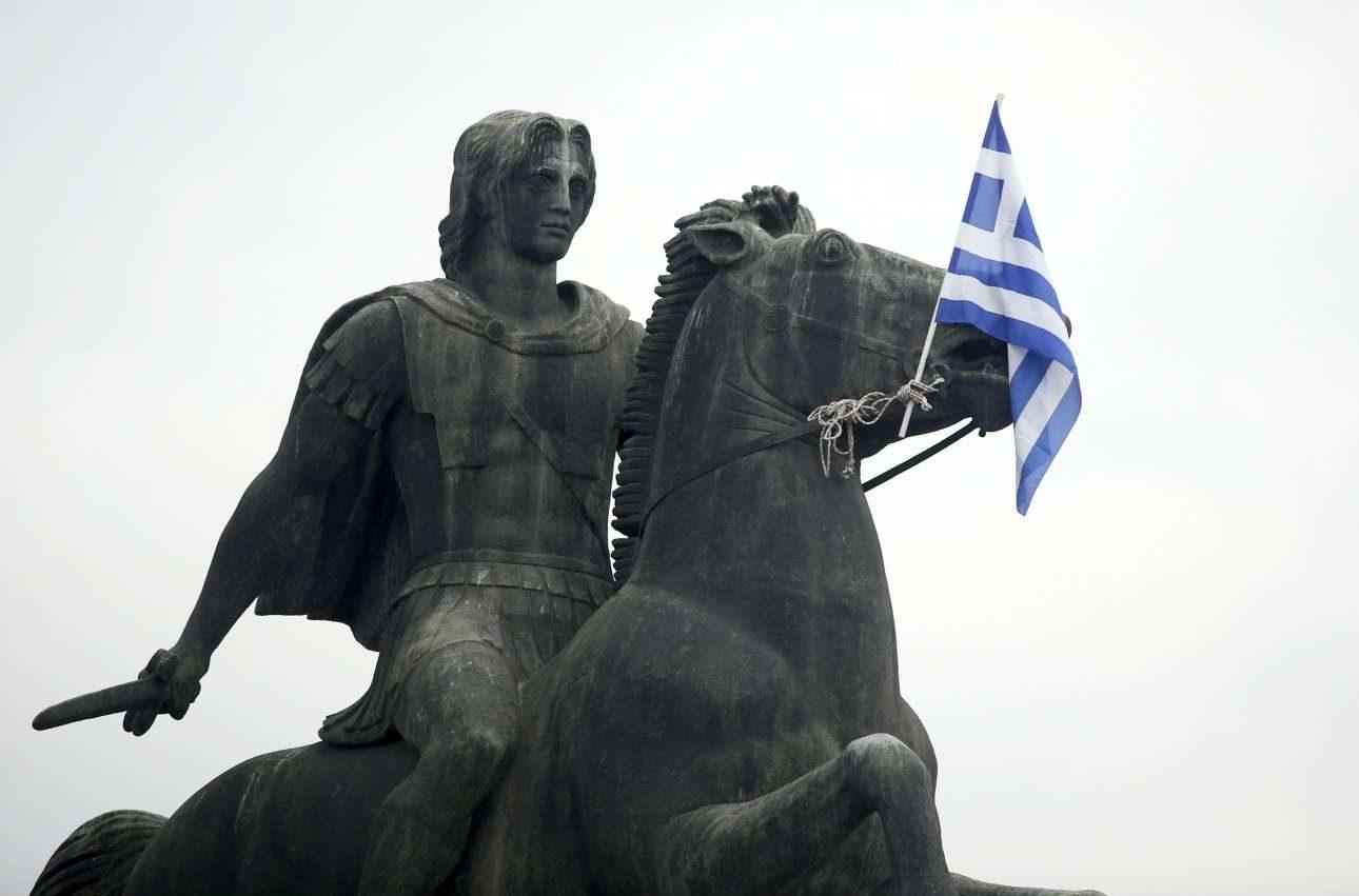 Ολίγον έκπληκτος ή τρομαγμένος ακόμη και ο Βουκεφάλας με το σημαιάκι μπροστά του