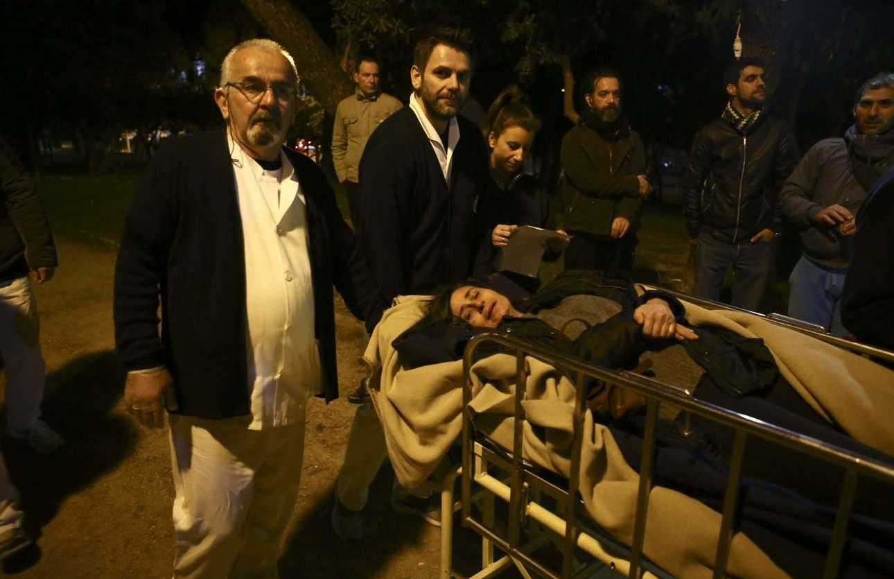 Μέλη του νοσηλευτικού προσωπικού μετέφεραν νοσηλευόμενους έξω από το κτίριο
