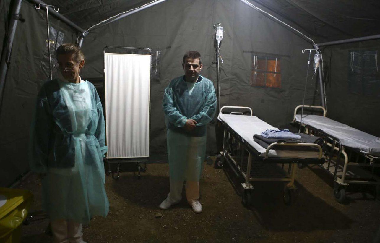 Μέλη του προσωπικού του «Ευαγγελισμού» στο αντίσκηνο που στήθηκε στο πάρκο, ως προσωρινό χώρο νοσηλείας σε περίπτωση καταστροφής