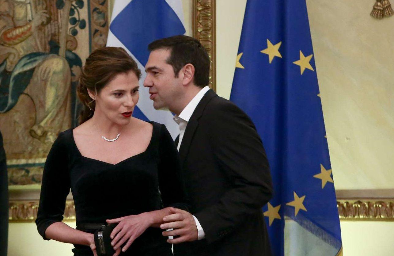 Ο Αλέξης Τσίπρας με τη Μπέτυ Μπαζιάνα. Αυτή τη φορά η σύντροφος του Πρωθυπουργού επέλεξε ένα μαύρο φόρεμα