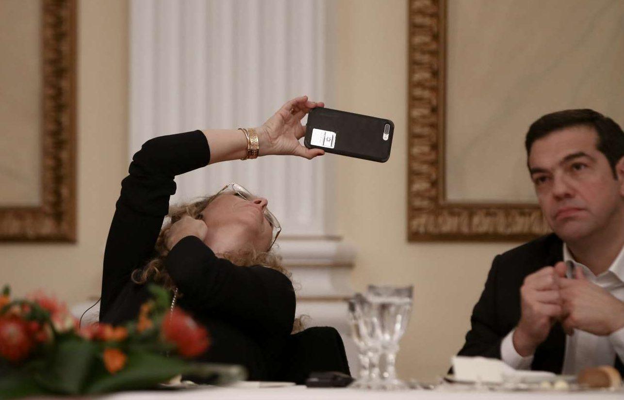 Μια φωτογραφία με κινητό. Ο Αλέξης Τσίπρας είναι λίγο αφηρημένος