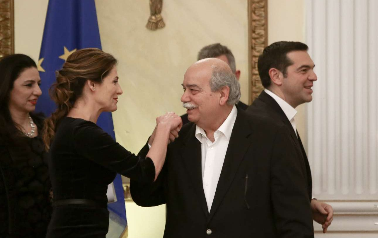 Ενα χειροφίλημα στη σύντροφο του Πρωθυπουργού από τον Πρόεδρο της Βουλής Νίκο Βούτση