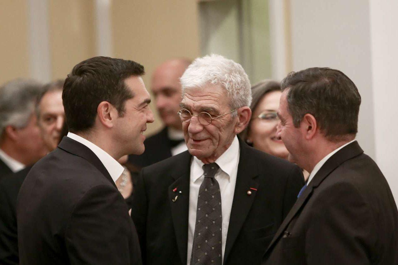 Ο Αλέξης Τσίπρας συνομιλεί με τον Γιάννη Μπουτάρη υπό το βλέμμα του δημάρχου Αθηναίων Γιώργου Καμίνη
