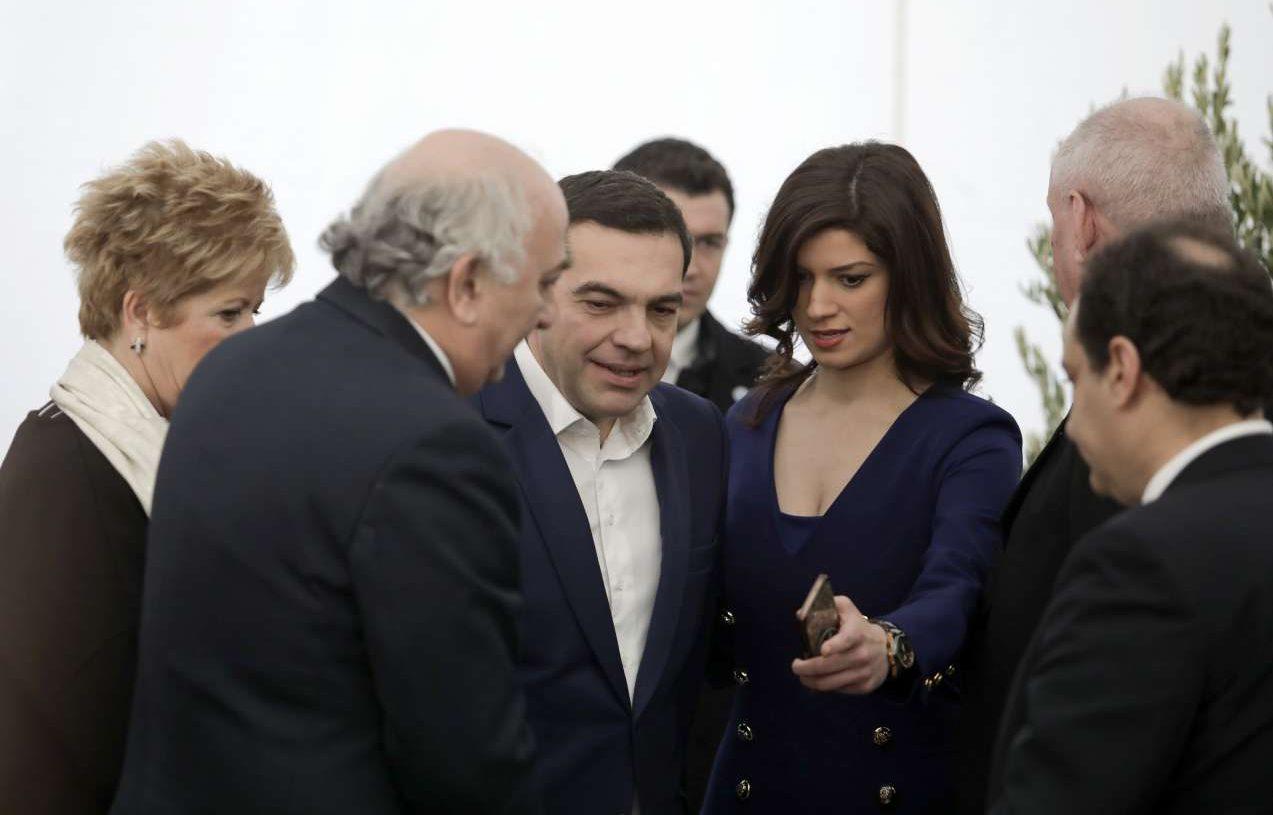 Η υποδοχή του Πρωθυπουργού στον χώρο της εκδήλωσης από την κυβερνητική συνοδεία με επικεφαλής την Κατερίνα Νοτοπούλου