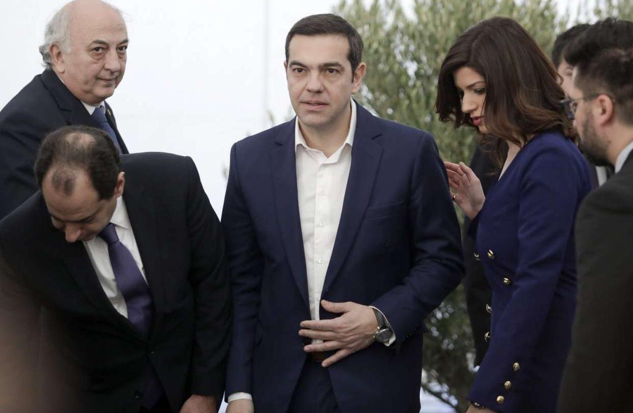 Υπό το βλέμμα της διευθύντριας του Γραφείου στη Θεσσαλονίκη ο Πρωθυπουργός κατευθύνεται στο βήμα
