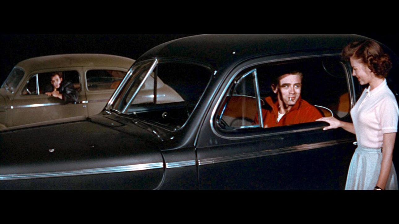 Mercury Club Coupe. Ηταν το κινηματογραφικό αυτοκίνητο του Τζέιμς Ντιν το 1955, τη χρονιά που ένας «Επαναστάτης χωρίς αιτία» -σε σκηνοθεσία Νίκολας Ρέι- συγκλόνισε τη νεολαία της συντηρητικής Αμερικής και καθιέρωσε το μπλουτζίν, τη στυλιζαρισμένη, δήθεν ανέμελη μπούκλα στο μέτωπο και το μόνιμο συνοφρύωμα στα φρύδια σαν πάγιο σήμα κατατεθέν μιας καταπιεσμένης γενιάς που προσπαθούσε να αντιδράσει. Σήμερα, εκτίθεται στο Εθνικό Μουσείο Αυτοκινήτου, στο Ρίνο της Νεβάδα