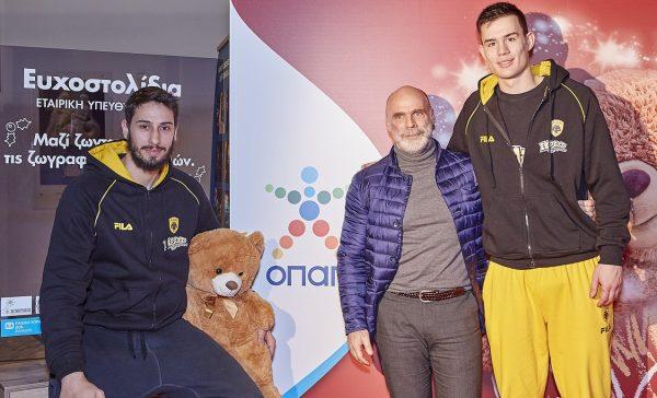Από αριστερά: Μιχάλης Καμπερίδης, αθλητής ΚΑΕ ΑΕΚ, Λεωνίδας Παπαβασιλάκης, Εμπορικός Διευθυντής ΚΑΕ ΑΕΚ, Γιάννης Αγραβάνης, αθλητής ΚΑΕ ΑΕΚ