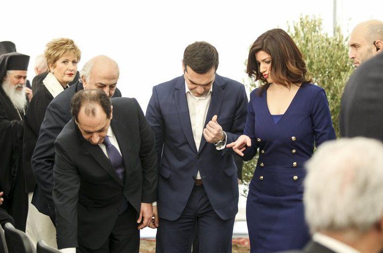 Ο Χρήστος Σπίρτζης, αριστερά, συμβάλλει στη φύτευση