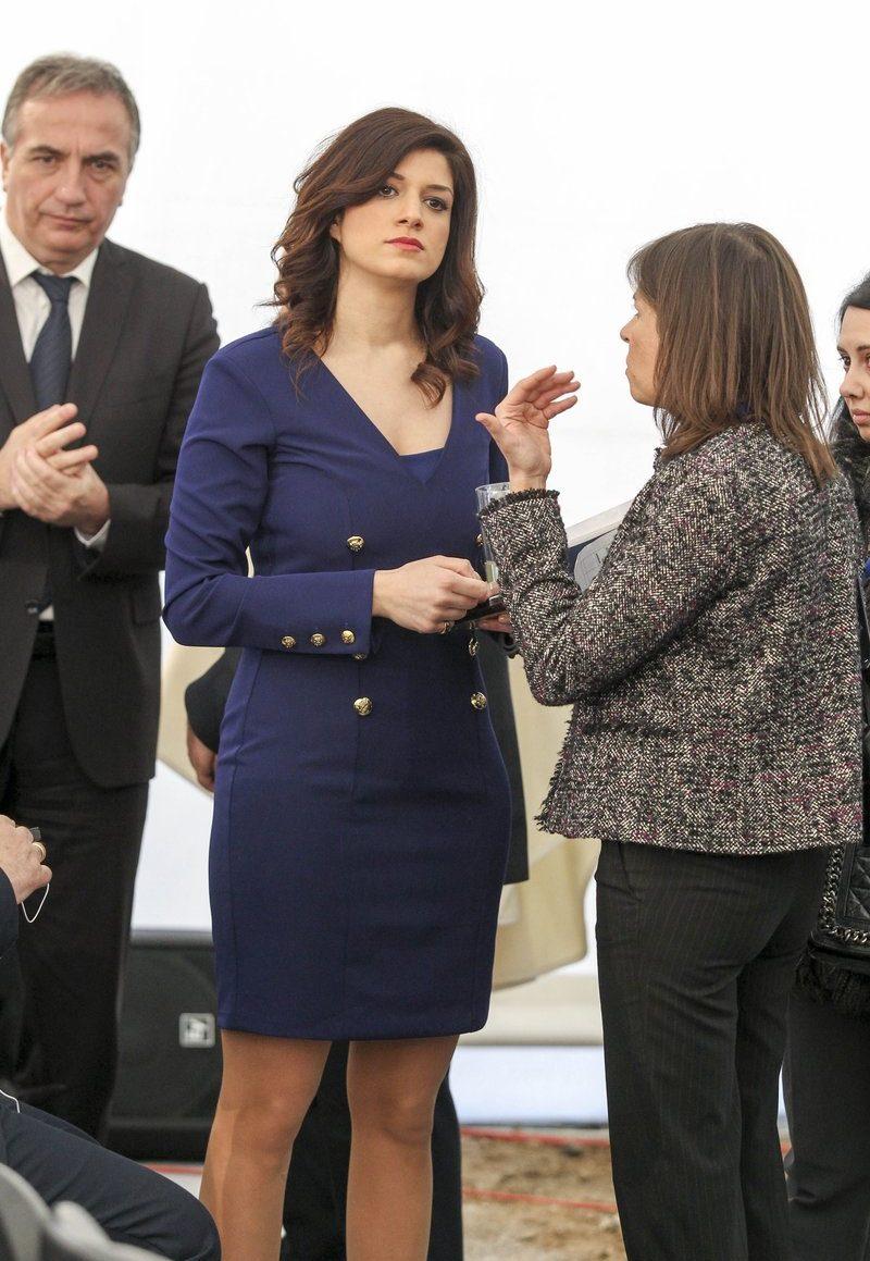 H διευθύντρια του πρωθυπουργικού Γραφείου στη Θεσσαλονίκη με το navy blue σύνολο που επέλεξε για την περίσταση. Πίσω της ο βουλευτής της ΝΔ και επικεφαλής της αντιπολίτευσης στο Δήμο, Σταύρος Καλαφάτης