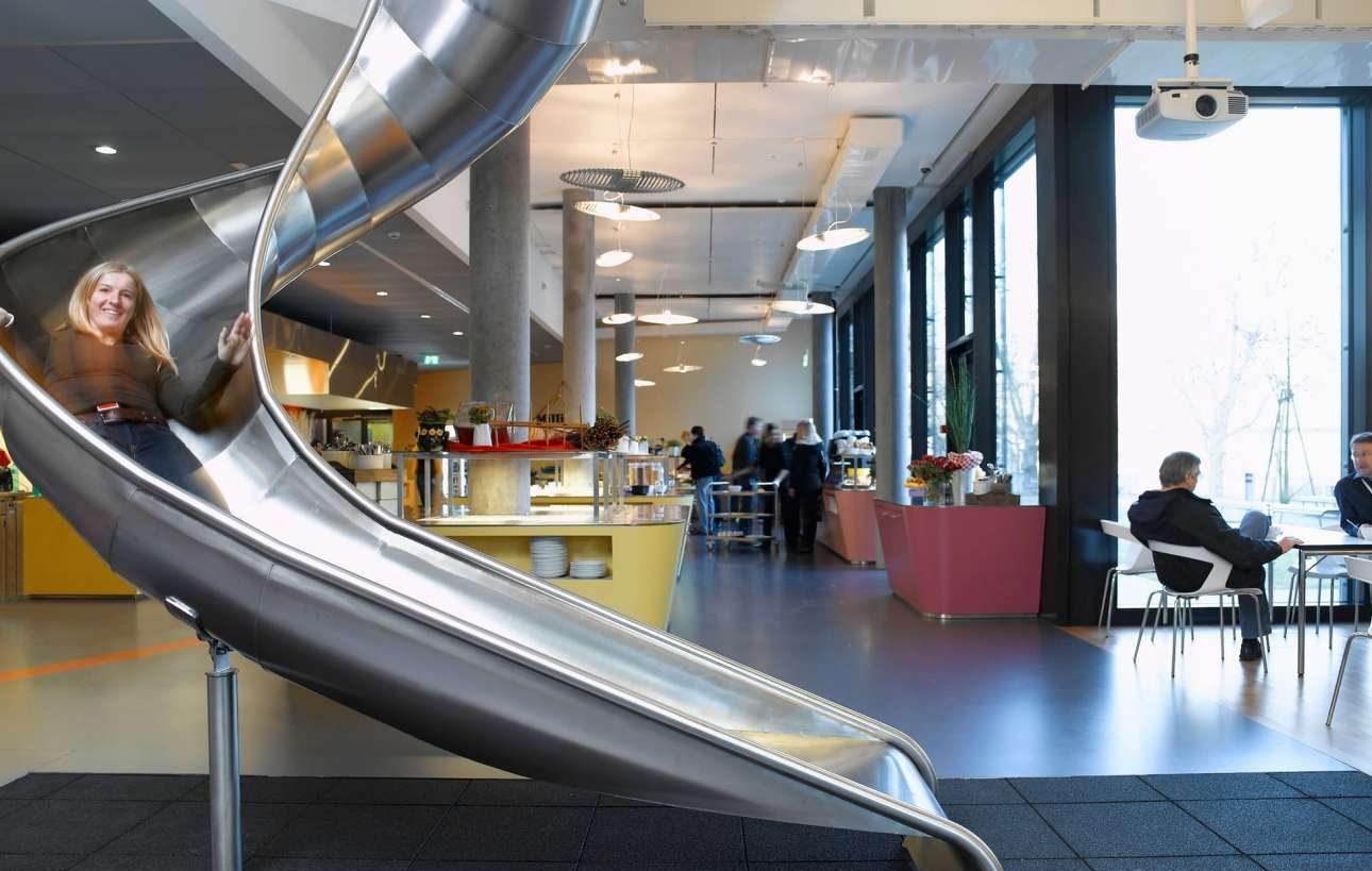 Αντί για σκάλες ή ασανσέρ μπορεί απλά κάποιος να χρησιμοποιήσει την εντυπωσιακή τσουλήθρα που διαπερνά τους τέσσερις ορόφους του κτιρίου